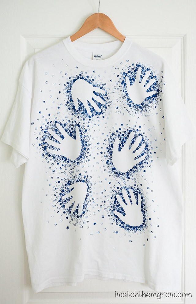 Great tutorial for a cool Father's Day gift! A dotted handprint t-shirt the kids can help make!