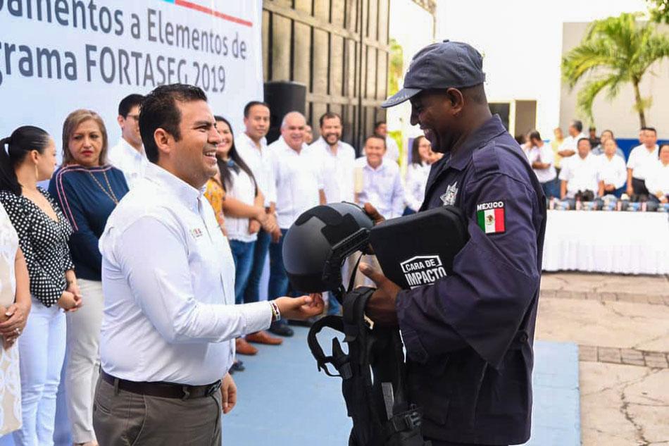 apoyos-a-policias-zihuatanejo-gro.jpg