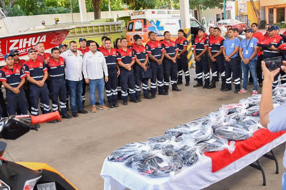 entrega-de-uniformes_bomberos_zihuatanejho_jorge_sanchez_.jpg