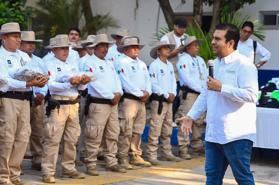 entrega-de-uniformes-policia-turistica-zihuatanejo-.jpg