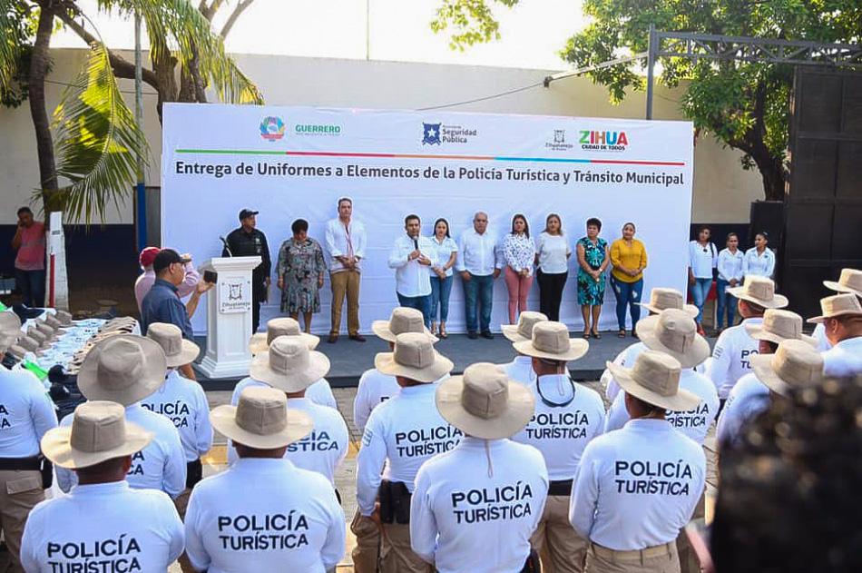 entrega-de-uniformes-policia-turistica-zihuatanejo.jpg