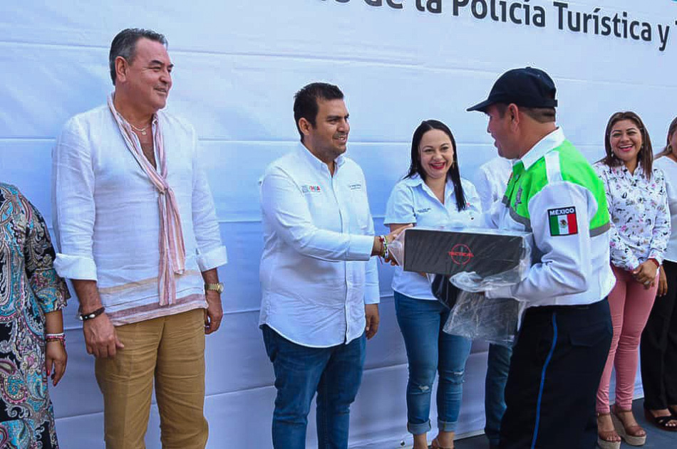 entrega-de-uniformes-policia-turistica-zihuatanejo__.jpg