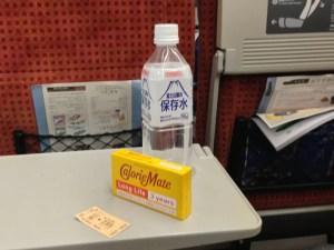 JRから頂戴した水とカロリーメイト:JRのトラブルのため山形新幹線で一夜を明かす