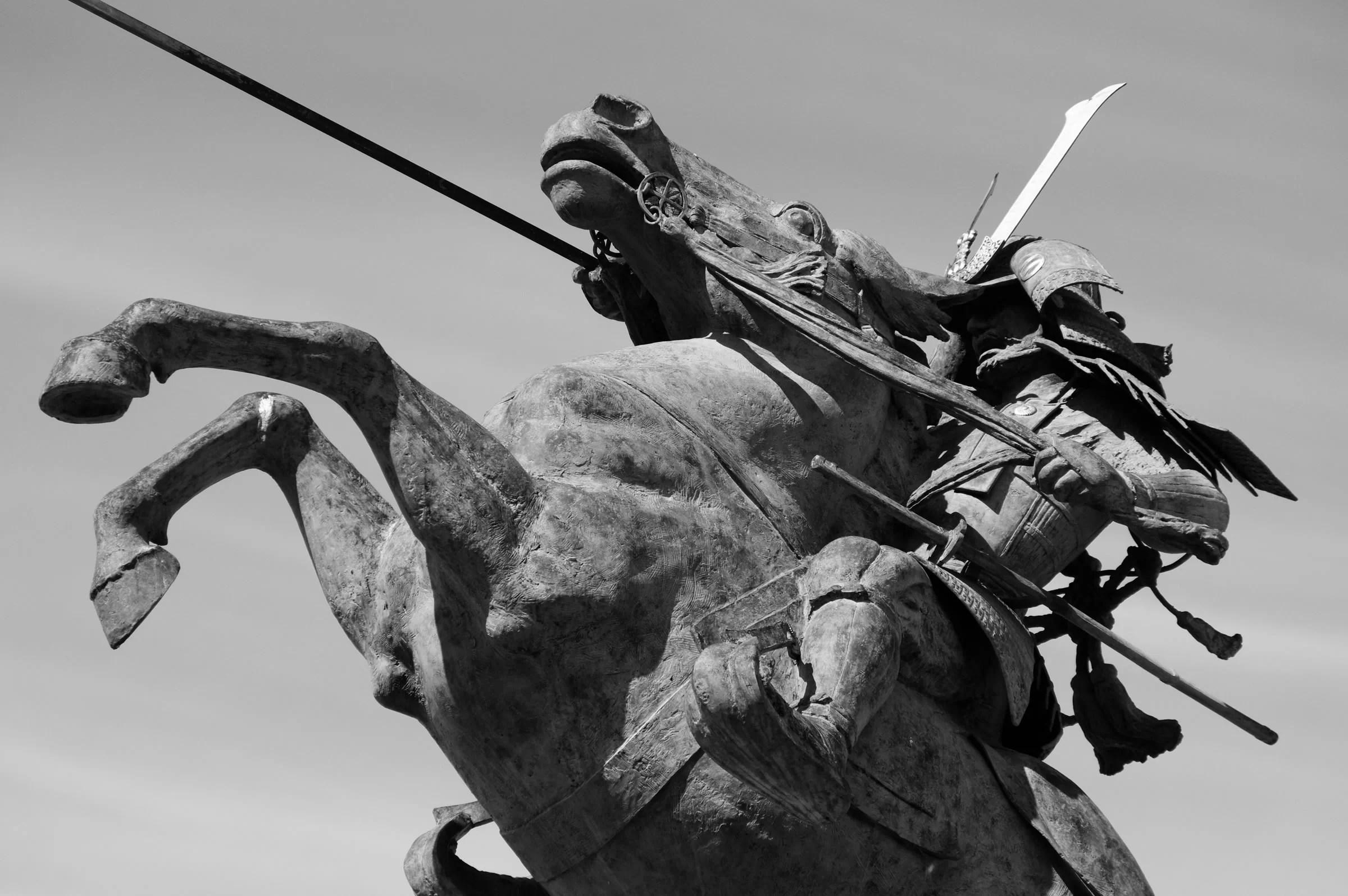 霞城公園の最上義光騎馬像:モノクロにしてみた