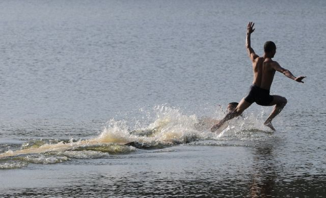 How Shaolin Monks Run on the Surface of the Water (5 pics)