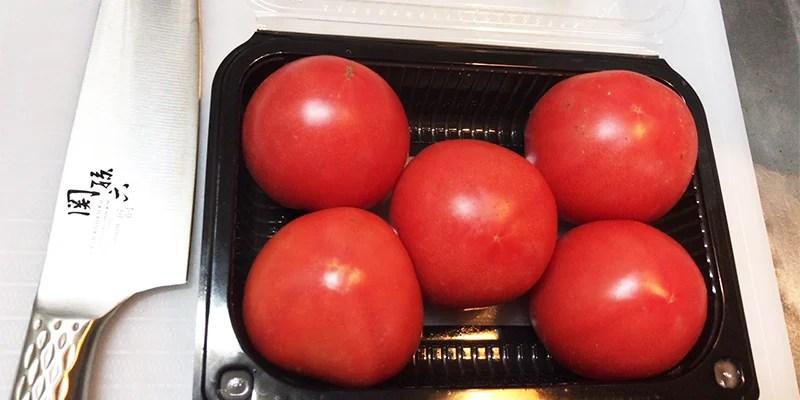 貝印 関孫六 三徳包丁 匠創でトマトを切る