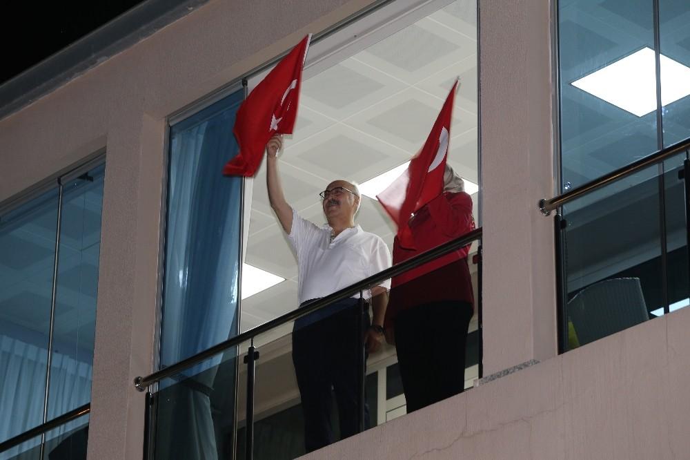 İzmirliler balkonlarından İstiklal Marşı okudu, Vali Köşger de eşlik etti