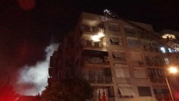 5 katlı binada çatı yangını çıktı, Gürsel Aksel Stadı duman altında kaldı