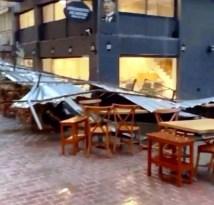 İzmir'de sağanak ve fırtına hayatı felç etti: Çatılar uçtu, ağaçlar devrildi