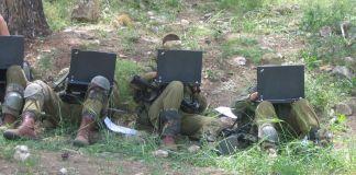 Izraeli katonák laptoppal
