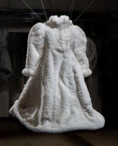 A fekete ruhadarab hófehérré válik