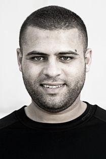 Ahmed önvédelem közben elkövetett ölésért ül börtönben, nemsokára szabadul, és a szabadulás előtti rehabilicátiós program keretében dolgozik egy évig a gyárban rakodómunkásként.