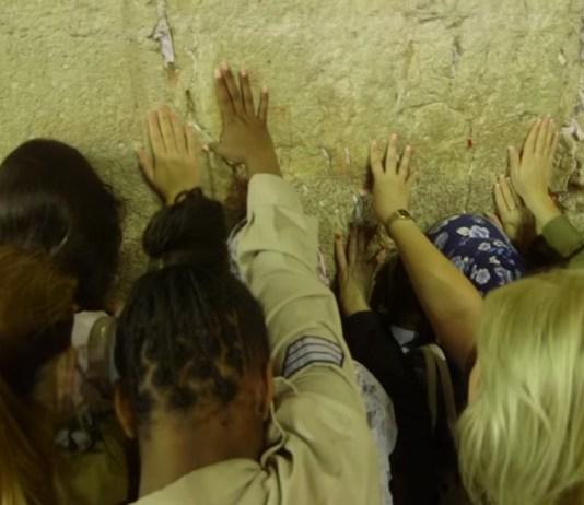 Nativ betérő katonalányok a Siratófalnál - fotó: Nativ / Youtube