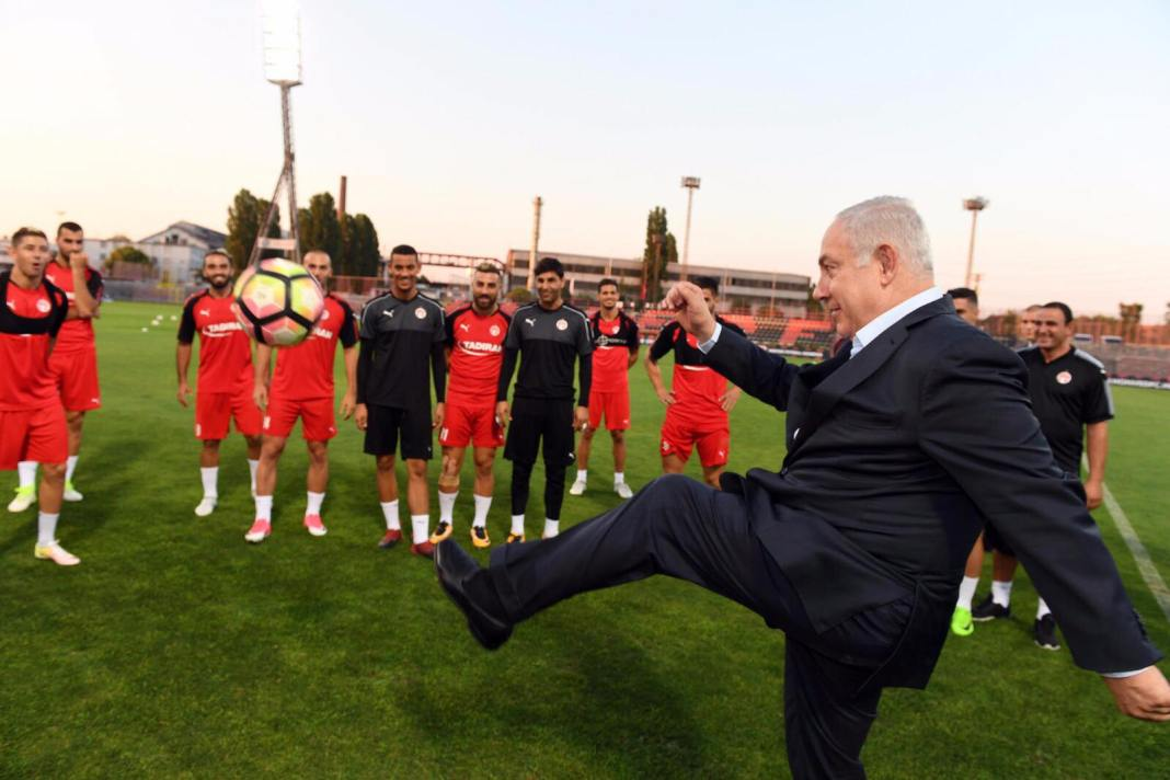 Netanjahu a Hapoel Beer Seva játékosaival Budapesten - fotó: GPO