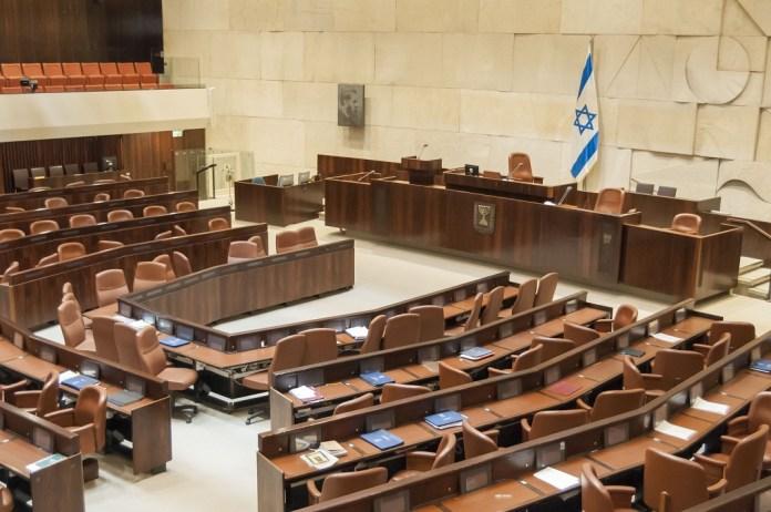 izraeli parlament kneszet knesszet ulesterme belulrol izraeli zaszlo