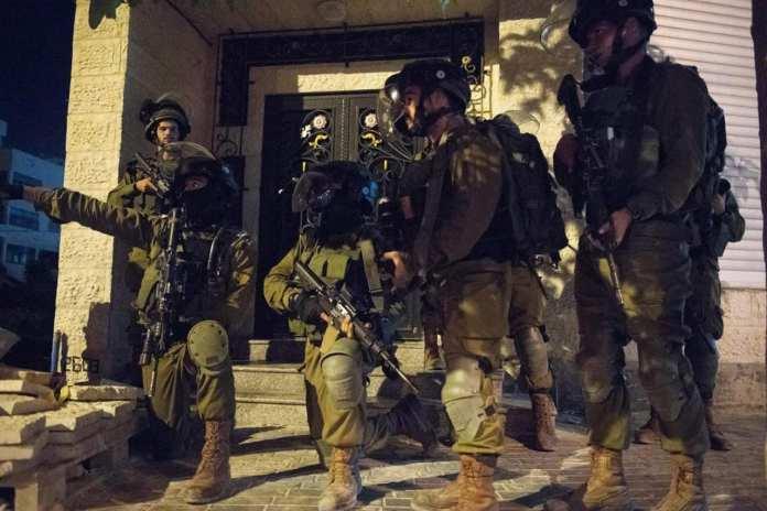 A letartóztatást végrehajtó katonák Ciszjordániában tegnap (szombat) este - fotó: Izraeli Hadsereg
