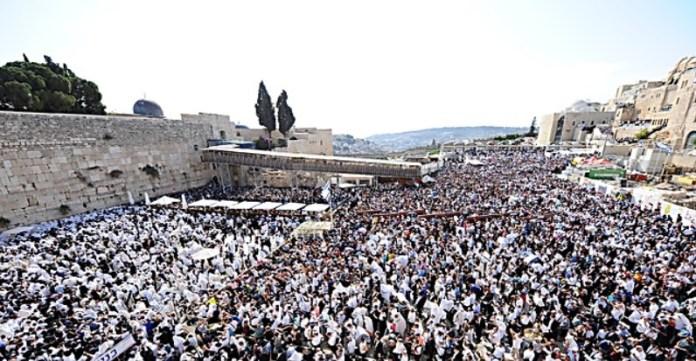 Imádkozók a Nyugati Falnál - fotó: A Nyugati Fal Örökség Alapítvány
