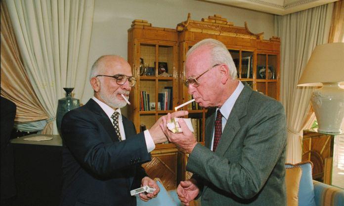 Voltak idők. A jordániai Husszein király Yitzhak Rabin miniszterelnök cigarettáját gyújtja királyi rezidenciájában Akababan, miután aláírták a békeszerződést az Eilat melletti Arava terminálon. - fotó: Saar Jacob /GPO