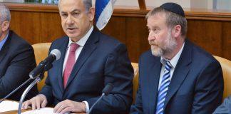 Netanjahu és Mandelblit egy 2013-as kormányülésen - fotó: GPO