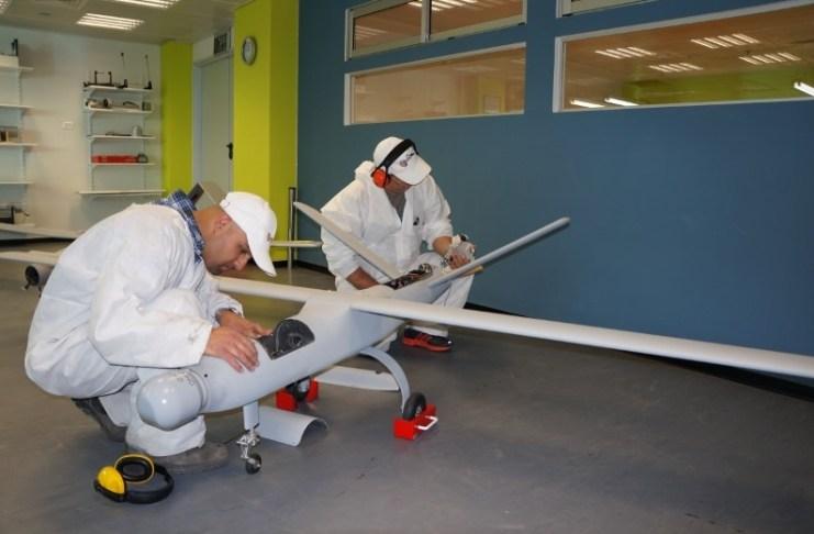 Drónfejlesztők a BlueBird Aero Systems cég egyik gyárában, 2013 - fotó: Bluebird Aero Systems