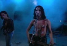 Aviv Geffen egy koncerten énekel