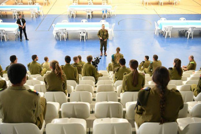 Aviv Kochavi vezérkari főnök meglepetés ellenőrzése a hadsereg képzési központjában, 2020. április 8. - fotó: Izraeli Védelmi Erők