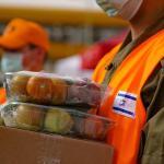 Izraeli katonák élelmiszert osztanak a koronavírus miatt vesztegzár alatt lévő Bnei Brakban - fotó: Shutterstock