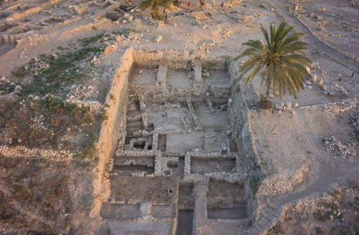 Régészeti ásatások Megiddóban. A vizsgált csontvázak közül kettőt nagyon közel találtak a környék palotaépületéhez, és becslések szerint a királyi családhoz tartoztak