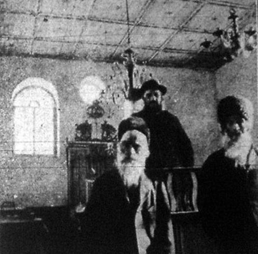A bözödújfalui székely zsidók két véne és rabbija a zsinagóga belsejében