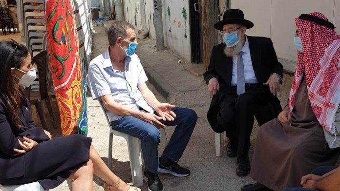 Aryeh Stern jeruzsálemi főrabbi Iyad Hallak családtagjaival beszélget, 2020. június 2. - fotó: Jeruzsálem önkormányzata