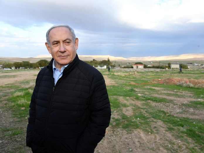 Július 1-jei 30%-kal indult, de rájött, hogy lejjebb kell adnia és muszáj későbbre halasztani. Netanjahu a Jordán völgyében - fotó: Haim Zach / GPO