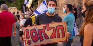 ELÉG! – Vallásos fiatal a Netanjahu elleni tüntetésen a miniszterelnöki rezidencia mellett Jeruzsálemben - fotó: frankpeti