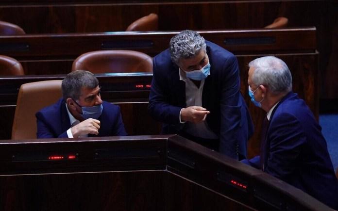Beni Ganz védelmi-, Gabi Askenázi külügy- és Amir Perec gazdasági miniszter a kneszetben - fotó: Adina Wallman / Kneszet szóvivője