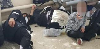 A feltartóztatott breszlavi zsidók az ukrajnai repülőtéren alszanak