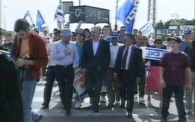 Benjamin Netanjahu a raananai útkereszteződésben,1994 március 4. Jobboldali tüntetőkkel, akik Rabin képzeletbeli koporsóját viszik