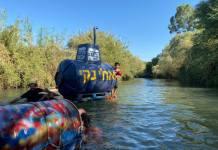 """""""Az ország történelmének legnagyobb korrupciós ügyét nem lehet tisztára mosni"""" – az országos tiltakozásban résztvevő tengeralattjáró utánzatok a Jordán folyón - fotó: Izraelinfo"""