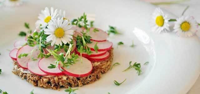 Kuhajte s cvijećem! Predlažemo salatu od jestivog cvijeća