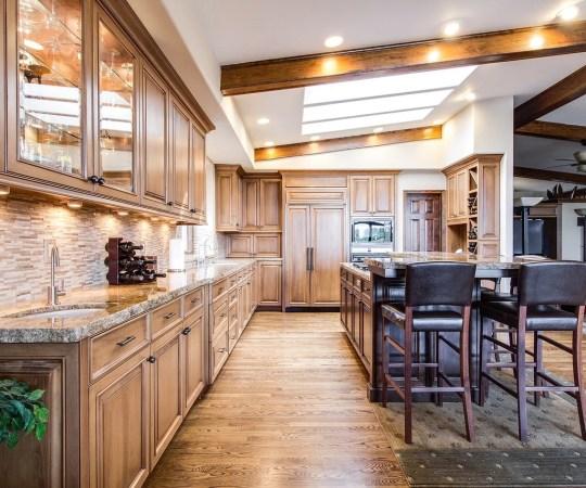 Drewniane szafki kuchenne – na zamówienie czy gotowe zestawy?