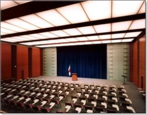 首相官邸の記者会見室。首相官邸公式サイトバーチャルツアーより
