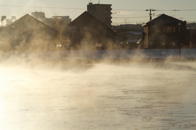 凍てつく朝に、冬の霧「けあらし」