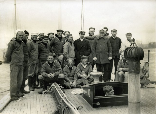 "The crew of J-boat ""Yankee"" in Gosport, England in 1935, most of which from Tysnes. ""Yankee"" partook in numerous British regattas, as well as in France."