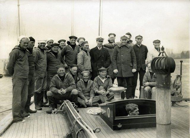 """Mannskapet om bord på J-båten """"Yankee"""", ved ankomst i Gosport, England i 1935, flesteparten av dei frå Tysnes. """"Yankee"""" deltok i fleire engelske regattaer, men òg i Frankrike."""