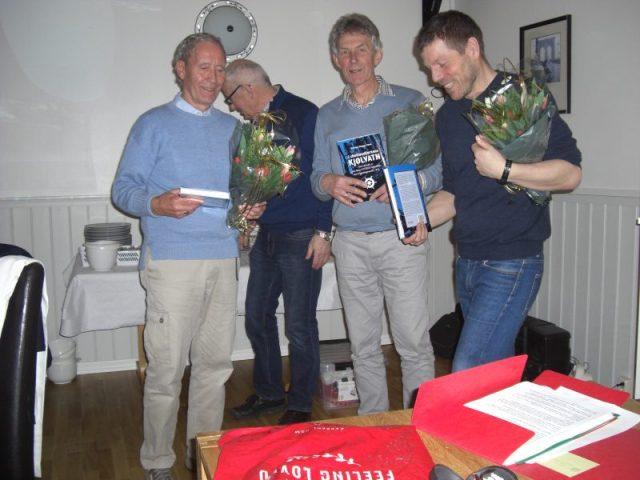 Bilettekstar: Triveleg kveld for Venelaget i Bømlo Sjømannsforening. Frå venstre: Kjell. A. Lunde. Ingvald Ingvaldsen (leiar i sjømannsforeininga), Hans Ole Dalland og Knut Arne Grøteide.