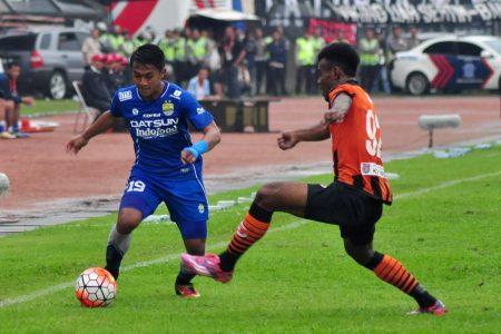 Wonderkid Persib Bandung, Febri Haryadi, memanfaatkan kelelahan pemain Perseru Serui, dalam laga di Stadion Si Jalak Harupat, Rabu (30/11). (istimewa for jabartoday)