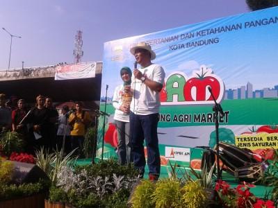 Wali Kota Bandung Ridwan Kamil memberikan sambutan dalam pembukaan Bandung Agri Market di Car Free Day Dago, Minggu (25/5). (JABARTODAY/AVILA DWIPUTRA)