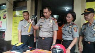 Kapolrestabes Bandung Kombes Winarto memerlihatkan barang bukti yang digunakan pelaku pembegalan dalam angkot, pada ekspose di Mapolsek Regol, Senin (5/12). (jabartoday/avila dwiputra)