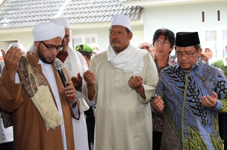 Gubernur Jawa Barat Ahmad Heryawan memperingati Maulid Nabi Besar Muhammad SAW di Pondok Pesantren Annihayah di Kecamatan Rawamerta, Kabupaten Karawang, Sabtu (18/1).
