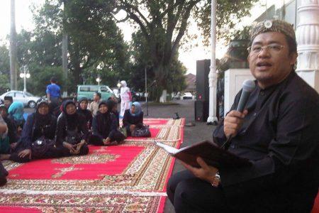Gubernur Ahmad Heryawan berbincang dengan budayawan dan seniman Jawa Barat di Gedung Pakuan, Minggu (22/7). (NAJIP HENDRA SP/JABARTODAY.COM)