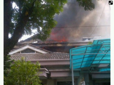 Kebakaran yang melanda rumah mewah di Bandung, Selasa (11/3). Dalam peristiwa ini, seorang nenek tewas terbakar. (Kontri/JABARTODAY)