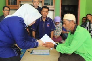 Dewi Kania perwakilan Nasdem menyerahkan santunan  kepada Ahim perwakilan keluarga